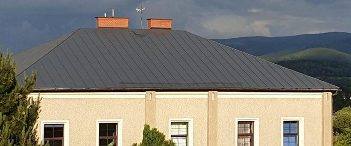Pomalowano trzy dachy na budynkach parafialnych